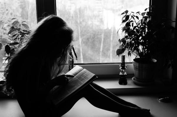 読書している少女